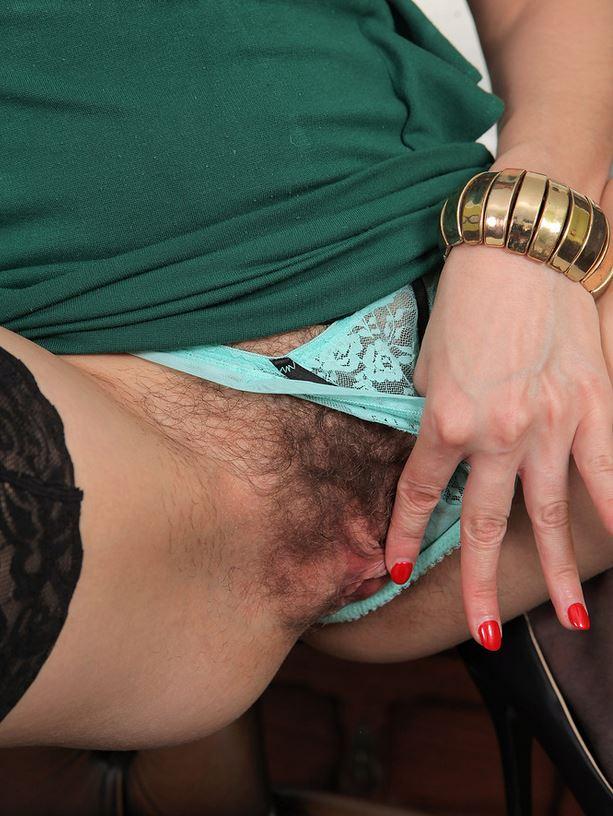 Reife Frau zeigt dir ihre unrasierte Muschi