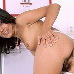 Von Hinten zeigt die junge Frau ihre behaarte Muschi