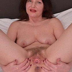 Reife Frau zeigt ihre offene behaarte Muschi